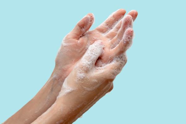 Lavarsi le mani spesso: tra prevenzione e cura della pelle