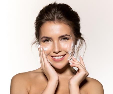 Come, quando e perché detergere la pelle del viso